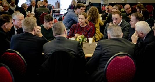 Minister Carola Schouten van LNV praat in Urk met vissers. ,,Het zijn moeilijke dagen'', erkent ze.