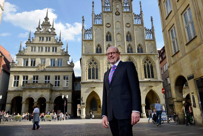 Burgemeester Markus Lewe voor het historische stadhuis van 'zijn' Münster.
