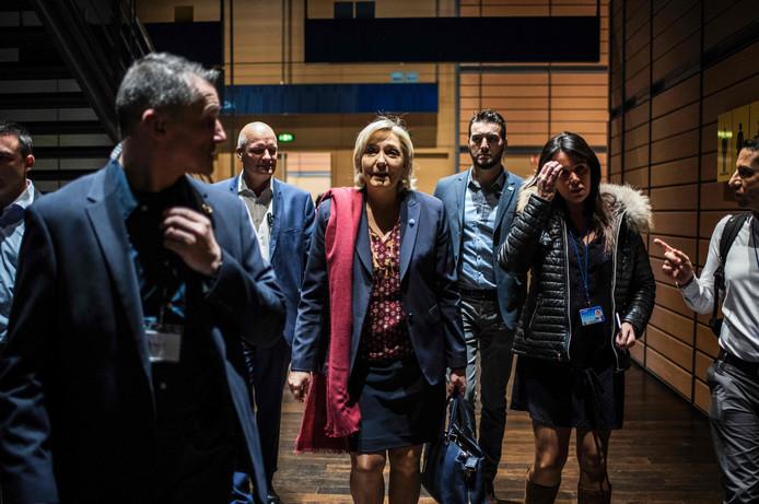 Marine Le Pen (m) met haar kabinetschef en voormalig EP-assistente Catherine Griset (r) en bodyguard Thierry Legier (derde van links), in 2017 in Lyon.