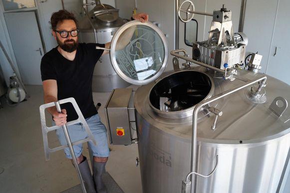 Brouwer Stijn David van De Poes heeft voortaan een op maat gemaakte roer-en filterkuip staan in z'n brouwerij. Die is gebaseerd op een 19de eeuws ontwerp.