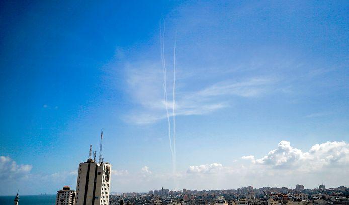 Een wit spoor van testraketten die vanuit Gaza worden afgevuurd.