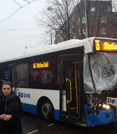 Meerdere gewonden bij aanrijding bus en veegwagen in Zuid
