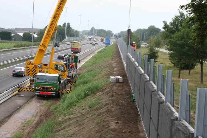 De plaatsing van geluidsschermen langs de A59 in Drunen, in 2012.