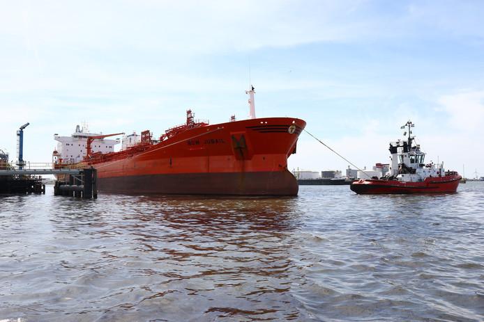 Het schip lekte duizenden liters olie.