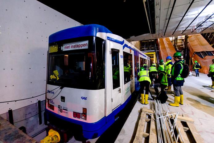 Een metro rijdt bij wijze van test door de tunnel van de Noord/Zuidlijn.