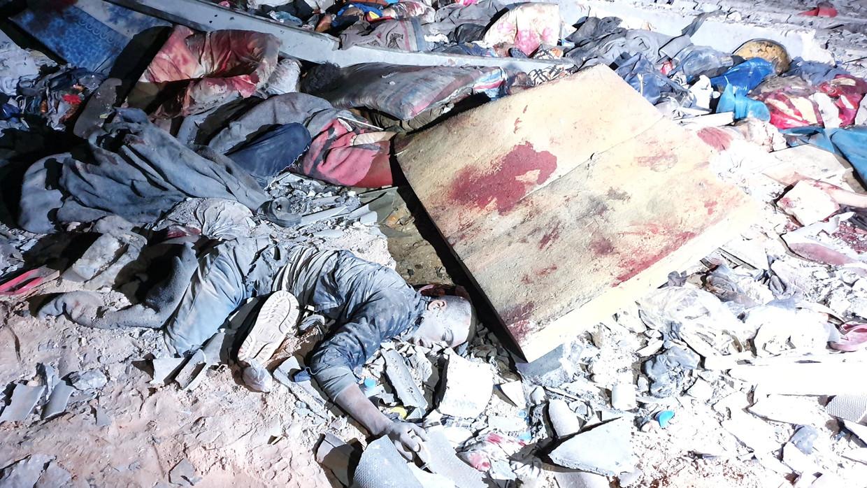 Slachtoffers van het bombardement op een migrantenopvang in Tajoura, Libië.   Beeld AFP / Mahmud Turkia