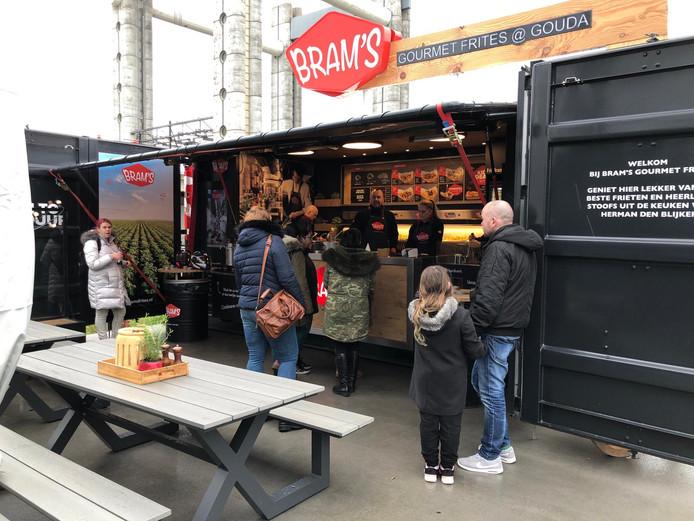 De eerste klanten van het seizoen staan in de rij voor hun gratis puntzak patat.