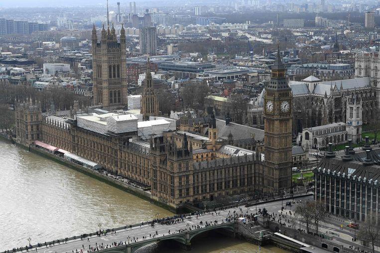 """Een deel van Westminster, het parlementsgebouw in Londen, is afgezet. De politie onderzoekt """"verdachte poststukken""""."""