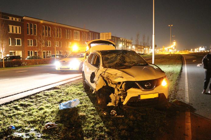 Een automobilist heeft vannacht zijn auto in puin gereden tegen een lantaarnpaal aan de Stadsbaan Leidsche Rijn in Utrecht.