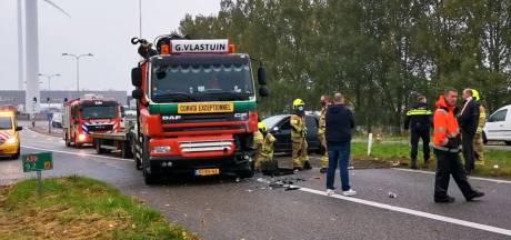 Auto schiet van afrit en rijdt frontaal op vrachtwagen in Ede