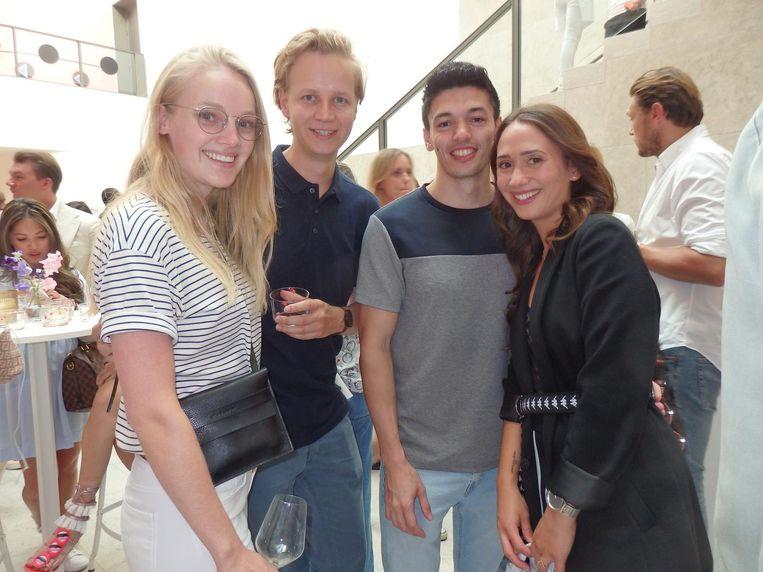 Blogger Karien Anne, haar plus1 Jeroen Boon, insta-husband Oscar Risamena en Esmee Rudolf (Luxblog). Mooi. Nooit eerder stond 'insta-husband' in deze krant Beeld Schuim