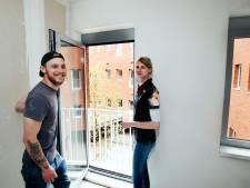Brian (25) en Lisa (22) wonen met vluchtelingen en voormalig daklozen in Nieuwegein: 'Mensen uit hun schulp helpen'