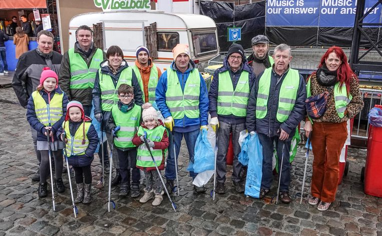 Deze morgen trokken een aantal vrijwilligers van Kortrijk Kraaknet de straat op om rond het terrein van de Warmste Week zwerfvuil op te ruimen.