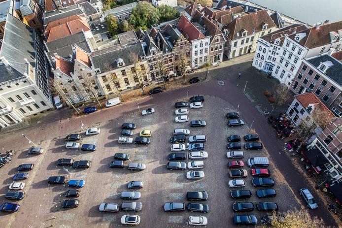 Nog even en de auto's zijn verdwenen van het Grote Kerkhof in de Deventer binnenstad.