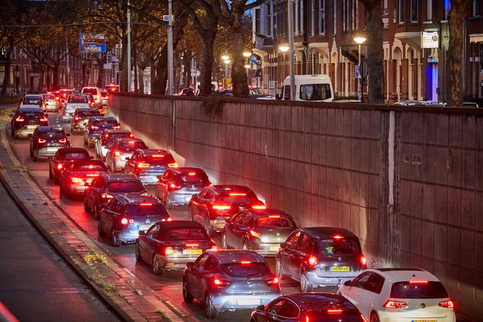 File op de 's-Gravendijkwal. Binnen twee jaar moeten de auto's een baan inleveren en krijgen 'hoogwaardige' bussen een eigen rijbaan in de tunnel.