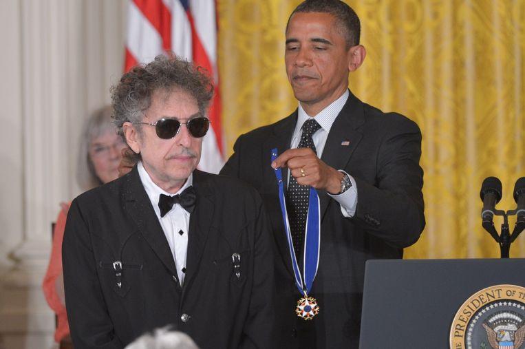 Bob Dylan (L) krijgt een medaille voor vrijheid van de Amerikaanse President Barack Obama in 2012 Beeld anp