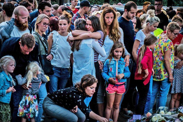 Mensen leggen bloemen nabij de spoorwegovergang aan de Braakstraat in Oss waar bij een ongeluk tussen een trein en de bakfiets zijn vier kinderen omgekomen.