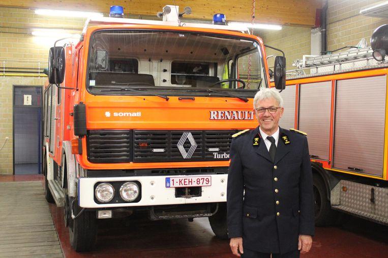 Marc Verkest bij een van de oudere brandweerwagens van de kazerne.