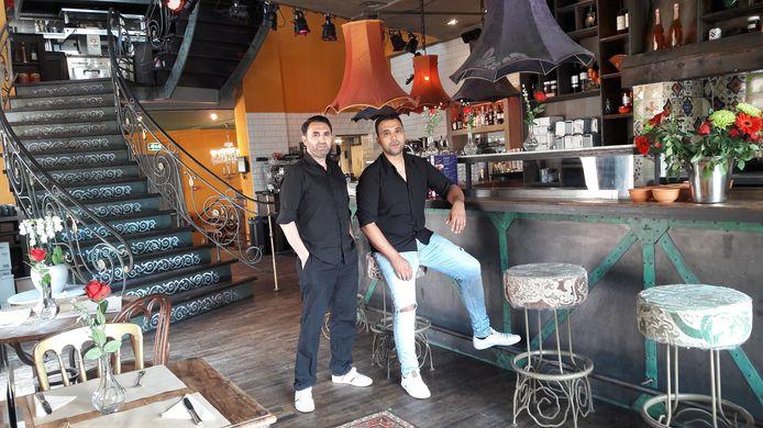 Cosgun Kaya (links) en Ersoy Aslam in Rose's Next Door aan de Rijnkade