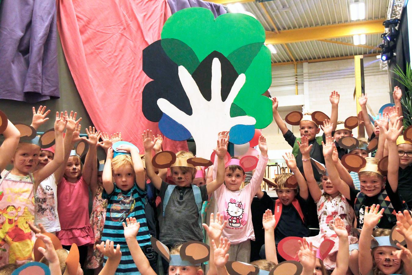 Kinderen van de Barchschole vierden een paar jaar geleden een feestje toen hun school een nieuwe logo onthulde. Nu gaat de school samen met basisschool De Wereldboom uit Borculo.