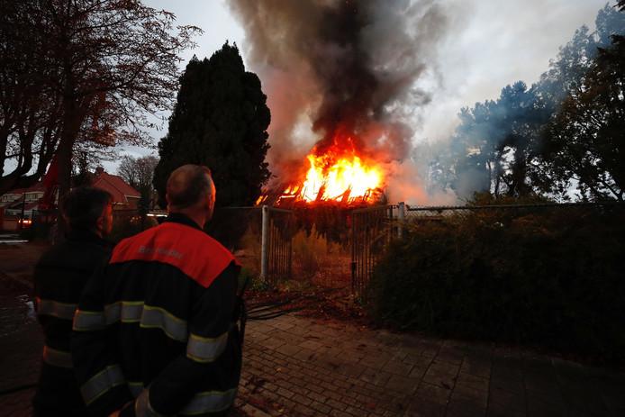 De brandweer laat het 'Prijtkerkje' gecontroleerd uitbranden.
