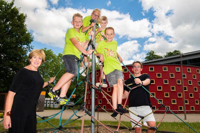 De Boemerang is officieel een gezonde sportieve school. Leerlingen Djenito, Jette, Milan en Ryan met directeur Ingrid Teunissen en combinatiefunctionaris Ely Bagerman.