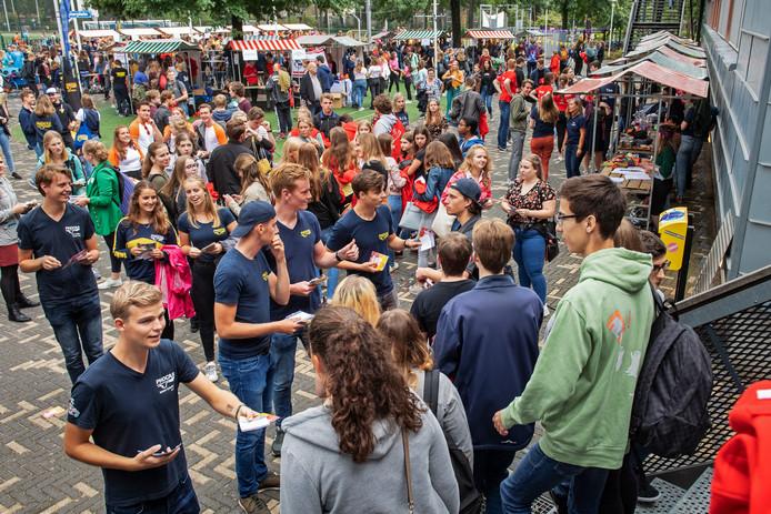 Studentenverenigingen proberen nieuwe leden te werven. Foto: Bert Beelen