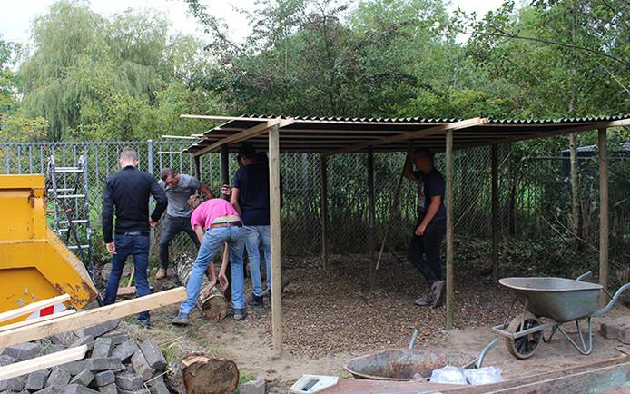 Vrijwilligers aan het werk bij bouwspeeltuin Bouwgein in Nieuwegein.