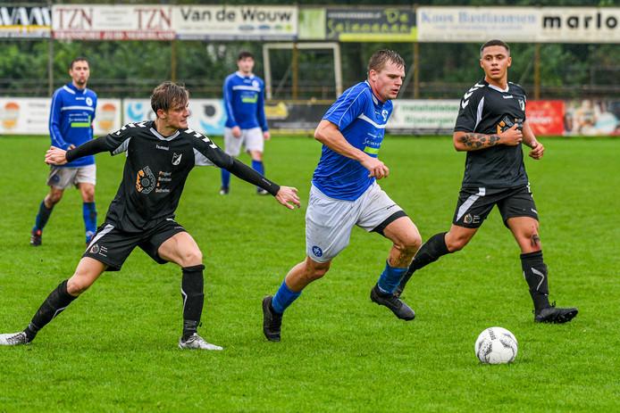 VVR-verdediger Simon Verboven gaat op avontuur met de bal tegen Steenbergen.