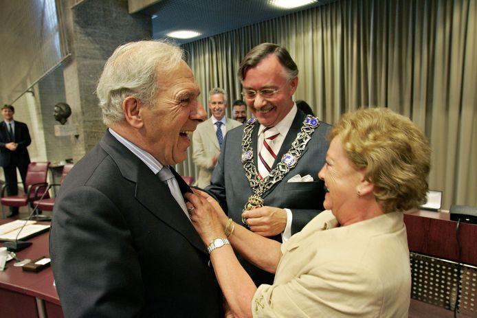 Vanwege zijn verdiensten bij PSV ontving Van Raaij het lintje van 'ereburger van Eindhoven'.