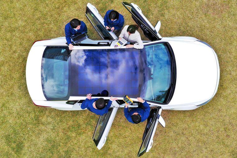 Een Hyundai met zonnepanelen in het dak. Beeld null