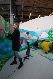 Drontenaren werken aan grote muurschildering