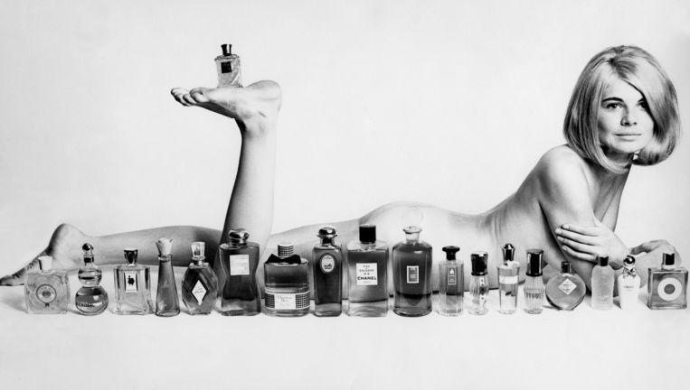 Een naaktmodel poseert in 1960 met verschillende parfums van Elizabeth Arden, bekend van parfumlijnen van beroemdheden als Justin Bieber, Britney Spears en Elizabeth Taylor. Beeld John Hedgecoe/TopFoto