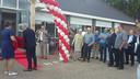 Bestuurslid Debby van den Berg en wethouder Michel Lepoutre openen het vernieuwde dorpshuis.