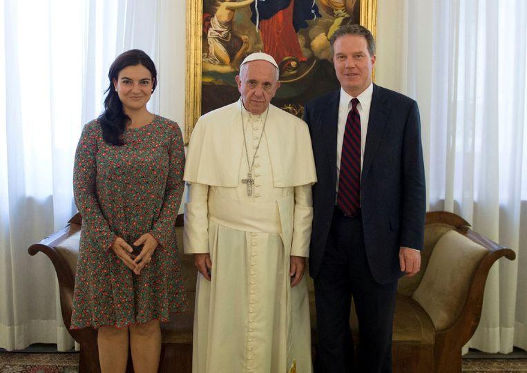 Adjunct-woordvoerder Paloma Garcia Ovejero (l.), paus Franciscus (midden) en Vaticaanse woordvoerder Greg Burke (r.)