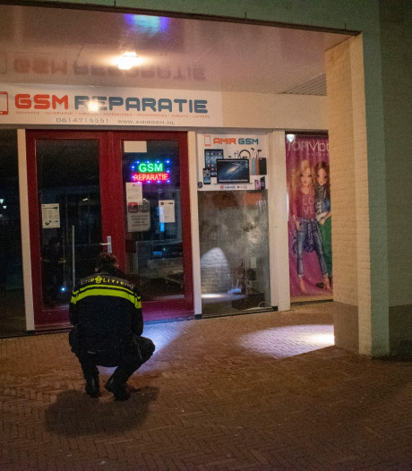 Ruit telefoonwinkel in Bemmel vernield met vuurwerk