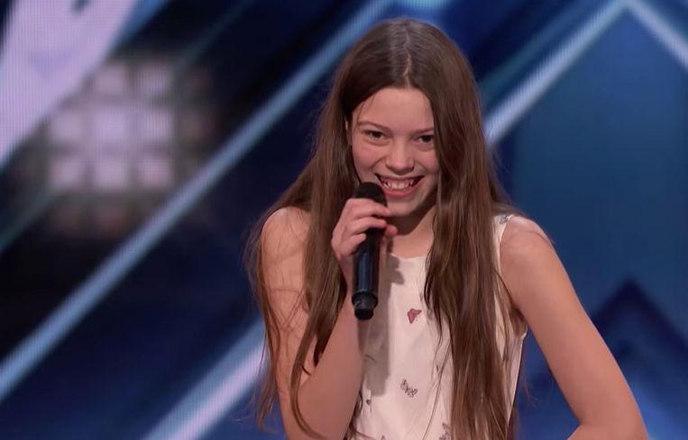 Verlegen klein meisje verandert in janis joplin wanneer ze zingt in