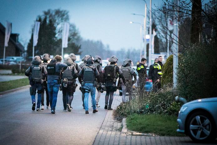 Politie in kogelwerende vesten in Gendt.