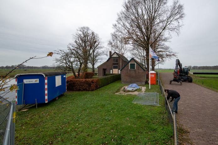 Het sluiswachtershuis bij de stuw Vechterweerd wordt helemaal opgeknapt. Werknemers van loonbedrijf Lindeboom halen het hekwerk en de heg weg.