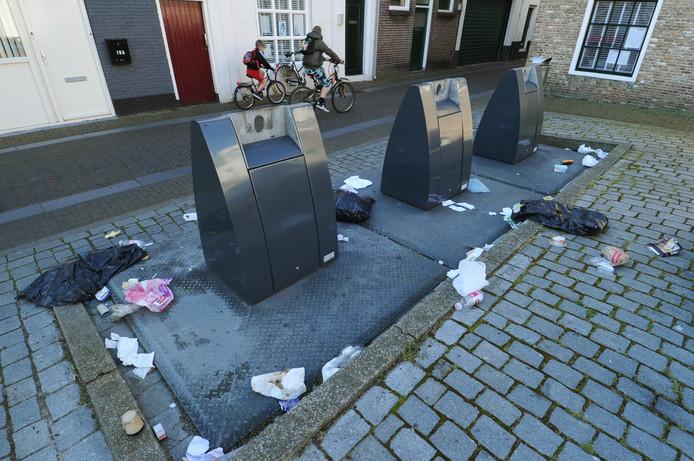Ondergrondse afvalcontainers in de Vrouwestraat in Vlissingen. Het gaat nog wel eens mis met het gebruik.