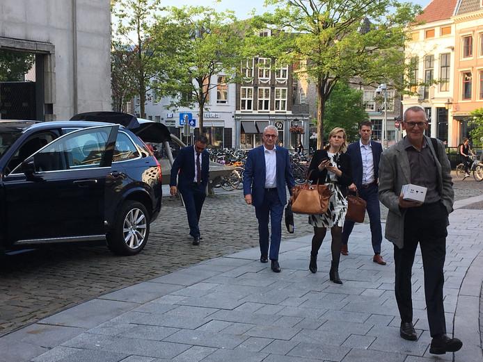Provincieambtenaren komen in de dienstauto aan bij het stadhuis in de binnenstad. Vlnr: Rob Brugts, Henrike de Jonge, Gertjan Dijkstra en Dick Jonkers.