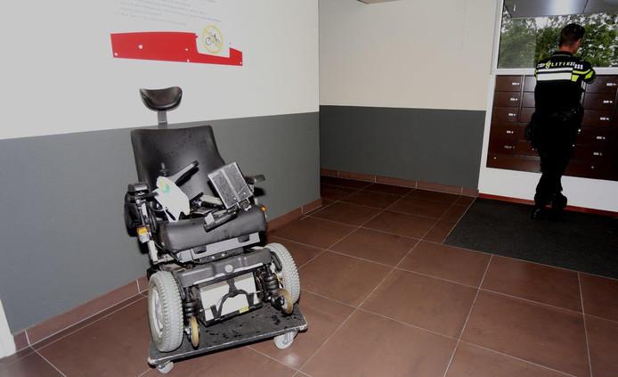 Auto rijdt door na aanrijding met rolstoel op kruising Simon Stevinweg en Dertien Loten, Den Bosch. De rolstoel raakte zwaar beschadigd door het ongeval.
