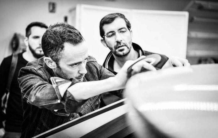 Matthias Hossann werkt aan een schaalmodel van een nieuwe Peugeot