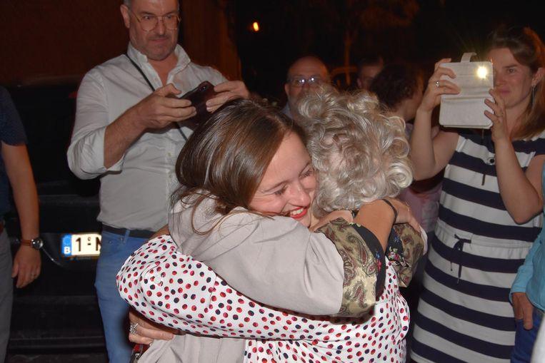 Pauline Van Marcke in de armen van haar oma.