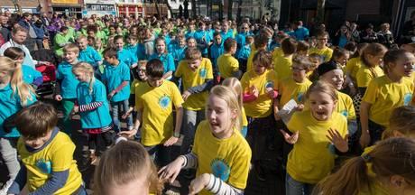 Scholieren scanderen in Kampen tijdens kleurrijke manifestatie