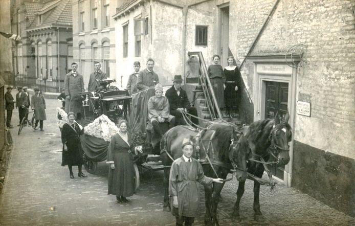 Zijn jeugd bracht Johan van Oldenbarnevelt (1547-1619, links) door in Huize Bollenburgh aan de Muurhuizen. De paard-en-wagen met drukpers, vermoedelijk onderdeel van een optocht, is van drukkerij Fa. Wed. W. van Wijngen die in de jaren 20 in dit pand was gevestigd.