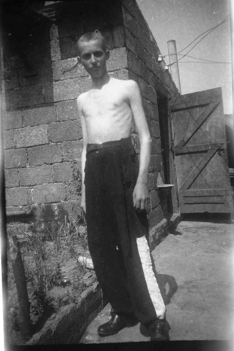 Een uitgemergelde Marcel Durnez, op 18-jarige leeftijd, na zijn thuiskomst in Geluwe. De foto dateert van juni 1945. Hij was toen al 10 kg zwaarder geworden.