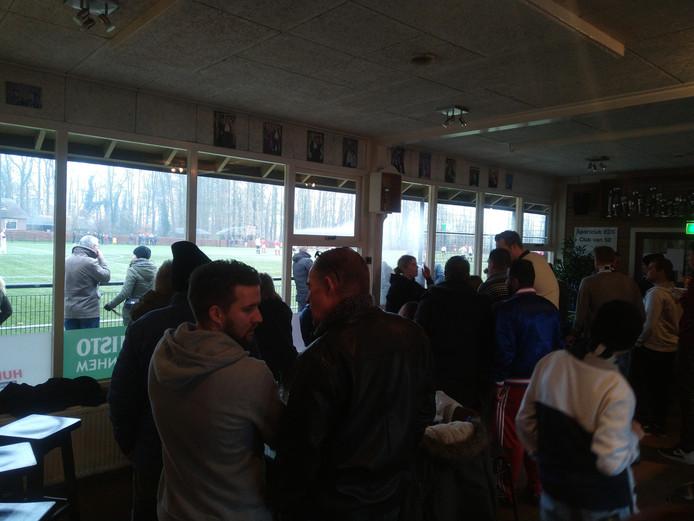Publiek blijft in de warme kantine in Ellecom.