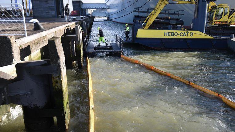 Een plasticvanger in de Nieuwe Maas in Rotterdam. Beeld Marcel van den Bergh
