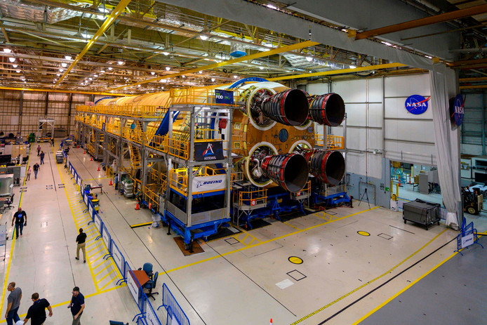 Cette image de la NASA obtenue le 9 décembre 2019 montre des ingénieurs et des techniciens en train d'attacher le dernier des quatre moteurs RS-25, qui fourniront la poussée nécessaire pour que la fusée SLS atteigne l'espace.